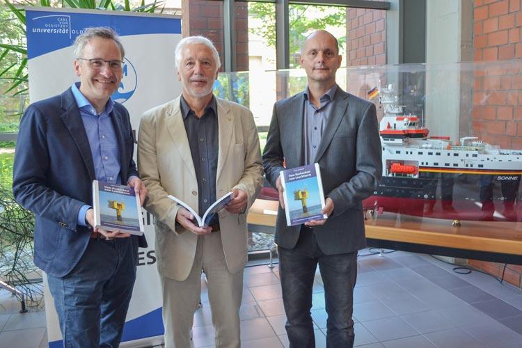 """Verleger Florian Isensee, Jürgen Rullkötter und Bernd Blasius (von links) stellten die Chronik """"Vom Kuckucksei zum Leuchtturm"""" vor."""