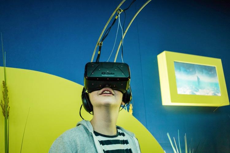 Mit einer Virtual-Reality-Brille tauchen die Besucher der Ausstellung Meere und Ozeane auf der MS Wissenschaft in Oldenburg durch ein tropisches Korallenriff.