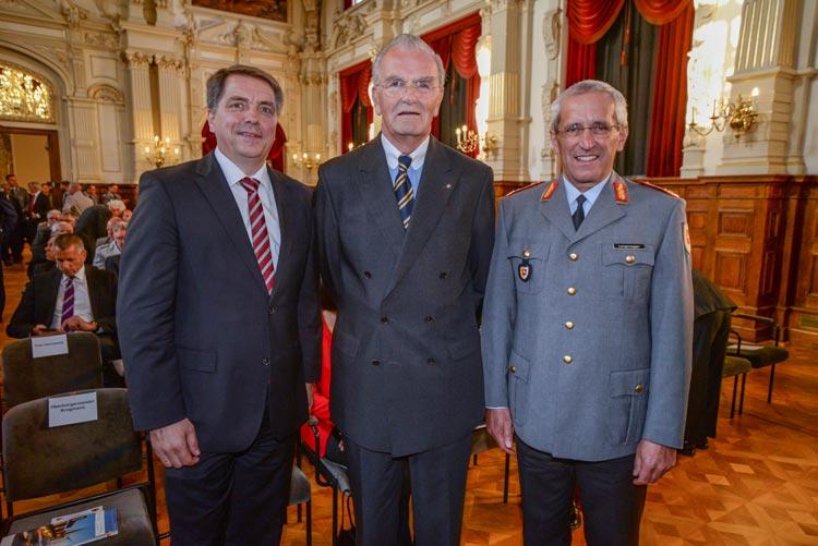 Oberbürgermeister Jürgen Krogmann, General a.D. Helge Hansen und Generalmajor Johann Langenegger beim Festakt zur Patenschaft der 1. Panzerdivision im Oldenburger Schloss.