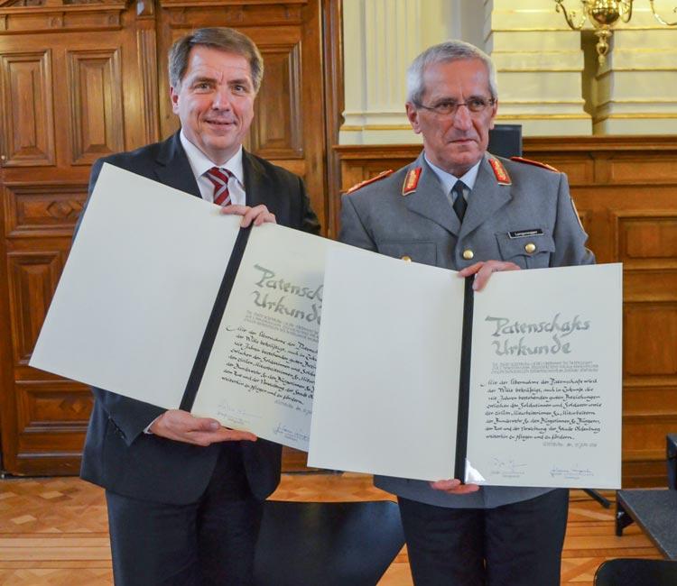 Oldenburgs Oberbürgermeister Jürgen Krogmann und Generalmajor Johann Langenegger unterzeichneten die Patenschaftsurkunden.