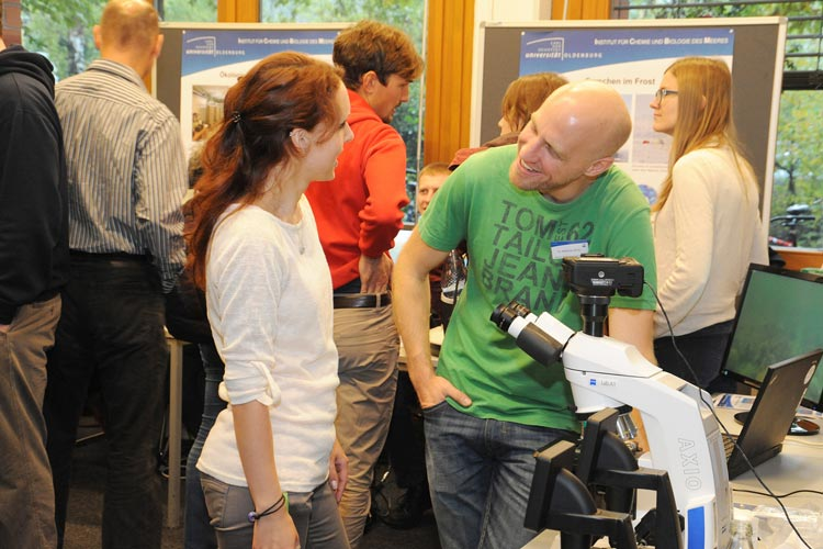 An der Universität Oldenburg kommen Schüler, Studierende und Lehrende beim Tag der offenen Tür ins Gespräch.