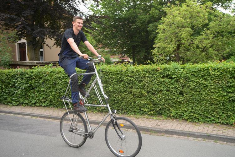 Frederik Vosgerau auf seinem Tallbike in der Oldenburger Koppelstraße.
