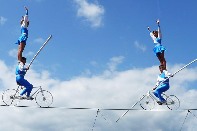 Die Geschwister Weisheit zeigen in Oldenburg, dass man mit Fahrrädern auf Stahlseilen nicht nur fahren kann.