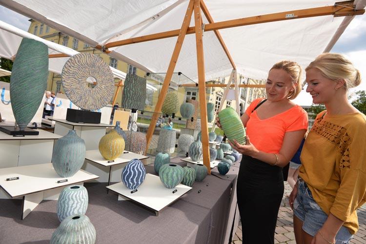 Über 60.000 Besucher erwartet Beate Anneken, Werkschule Oldenburg, im August zu den Internationalen Keramiktagen auf dem Schlossplatz.
