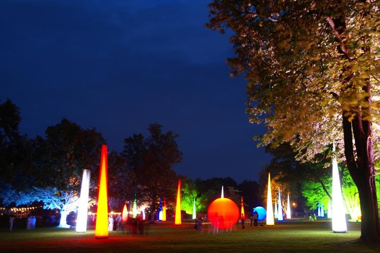 Riesige Lichtelemente geben dem Kurpark zur Bad Zwischenahner Lichternacht eine besondere Atmosphäre.