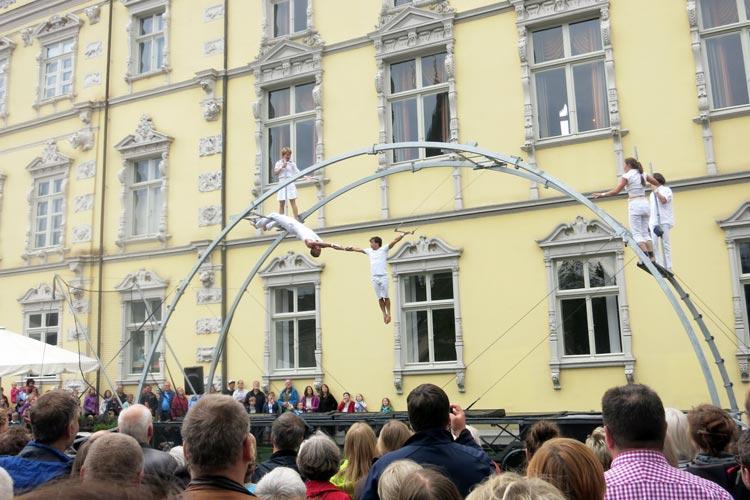 Trapezkunst vom Feinsten und mit viel Witz zeigt Omnivalent noch bis Sonntag um 18.30 Uhr vor dem Oldenburger Schloss.