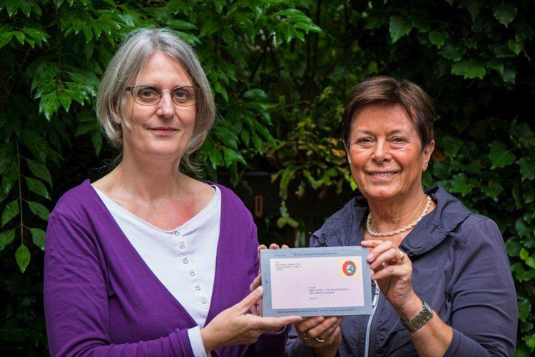 Die Autorin Petra Keup hat das Wanderbuch an Herta Walter übergeben.