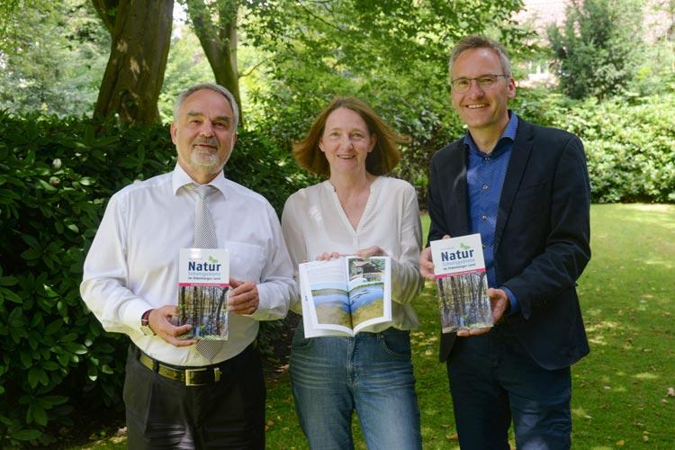 Landschaftspräsident Thomas Kossendey, Autorin Katrin Zempel-Bley und Verleger Florian Isensee stellten den neuen Wegweiser Naturschutzgebiete im Oldenburger Land vor.