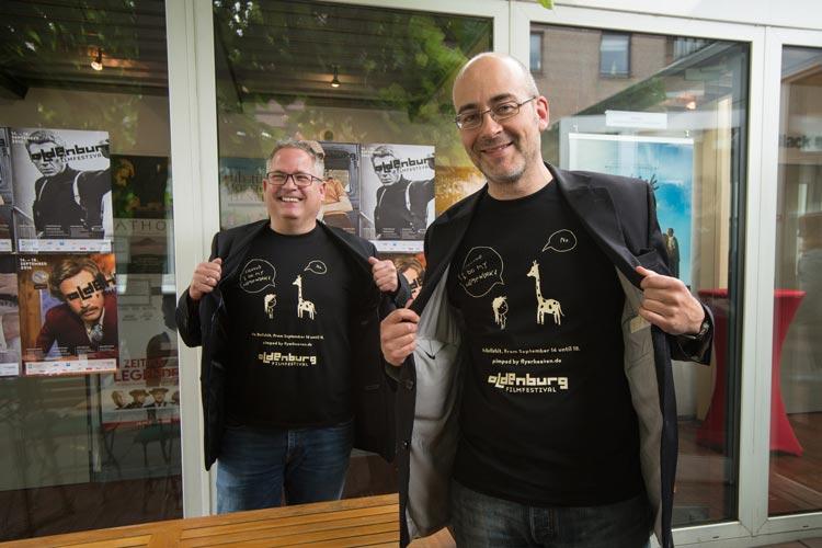 Sponsor Jens Lükermann (Flyerheaven) und Filmfestleiter Thorsten Neumann präsentieren die neue T-Shirts, die in der bau_werk Halle erhältlich sind.