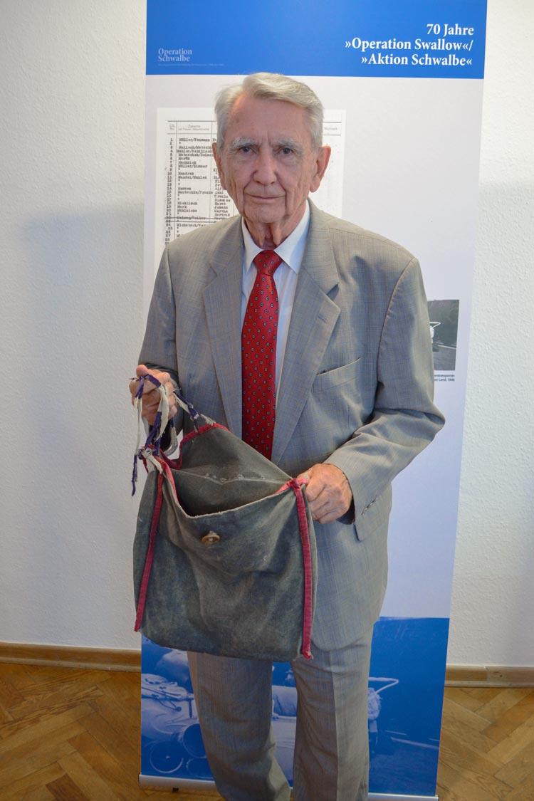 Horst Milde mit seiner Umhängetasche, die er während seiner Vertreibung als Elfjähriger mit seiner Mutter aus Breslau getragen hatte.