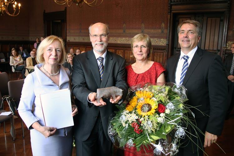 Der Hörforscher Prof. Dr. Dr. Birger Kollmeier ist von Oberbürgermeister Jürgen Krogmann mit dem Oldenburger Bullen ausgezeichnet worden.