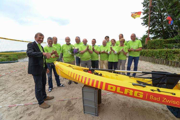 Zwischenahns Bürgermeister Dr. Arno Schilling taufte in dieser Woche im Beisein der Organisatoren und Sponsoren von Quer durchs Meer ein neues Rettungskajak auf den Namen des DLRG-Ehrenvorsitzenden Ewald Freese.