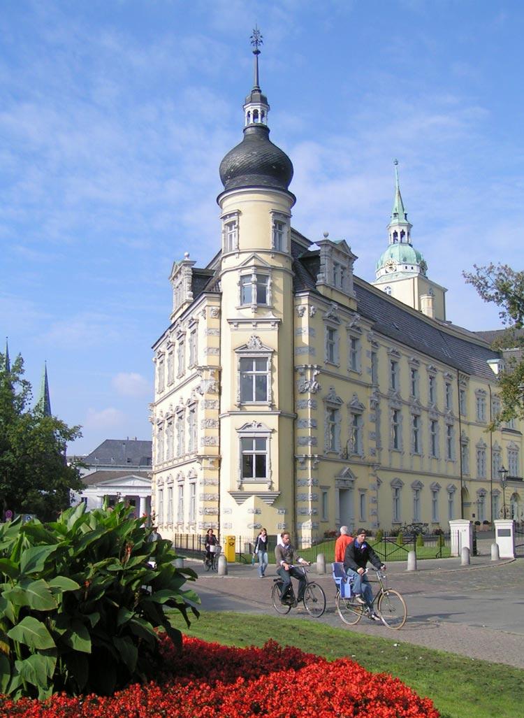 Einen Wegweiser zur Baugeschichte und durch die historischen Räume des Schlosses hat Michael Reinbold vorgelegt.