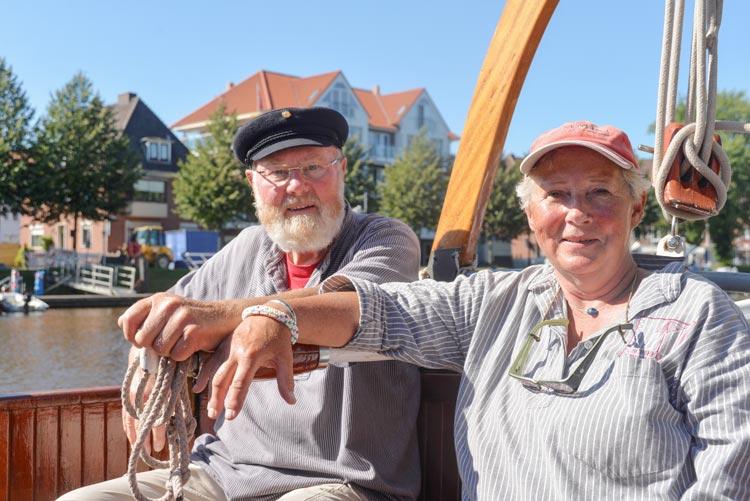 Toni und Doris von Häfen genießen die Tage an Bord ihres Plattbodenschiffs Theepot. Im Emder Hafen spielte auch das Wetter mit.