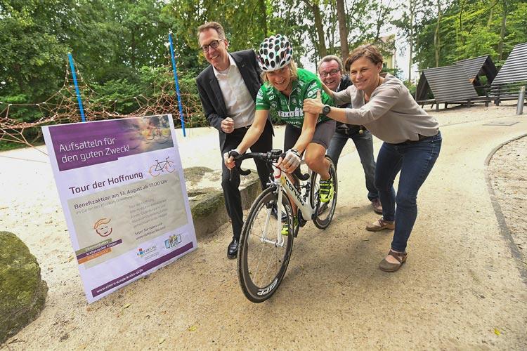 Bei der 33. Tour der Hoffnung treten 185 Rennradfahrer von Gießen bis nach Oldenburg in die Pedale, um krebskranke Kinder zu unterstützen.