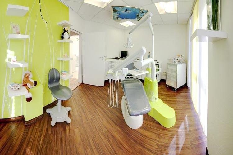 Für Kurzweil und Ablenkung sorgen in den Behandlungszimmern Deckenbilder, Videobrillen und Kinderspielzeug.