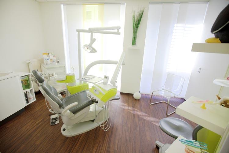 Die Behandlungszimmer der Zahnarztpraxis in Metjendorf strahlen eine angenehme Atmosphäre aus.