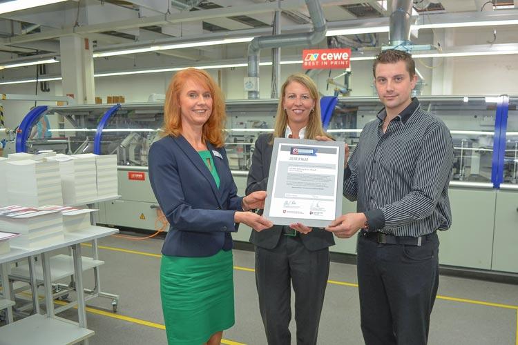 Monika Kretschmer freute sich zusammen mit Marion Gerdes und Markus Schwarz vom CEWE-Betriebsrat über das Zertifikat Demografiefest - Sozialpartnerschaftlicher Betrieb.
