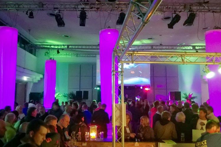 Zum dritten Mal heißt es in diesem Jahr Der Kramermarkt tanzt. Drei Tage lang findet die Ü30 Party in den Oldenburger Weser-Ems Hallen statt.