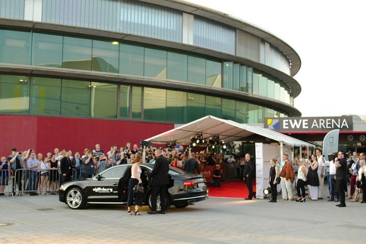 Rund 1000 Oldenburger hatten sich vor der EWE-Arena eingefunden, um die Eröffnung des 23. Internationalen Filmfestes Oldenburg zu erleben.