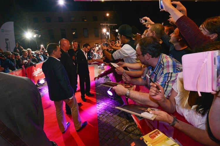 Nicolas Cage hat mit Spaß seinen Fans in Oldenburg Freude bereitet.