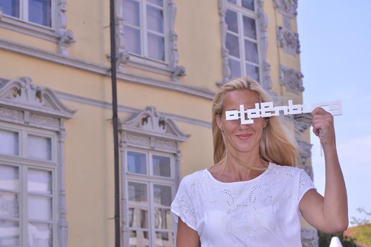Filmfest-Pose mit Meike Heinrich vor dem Oldenburger Schloss.