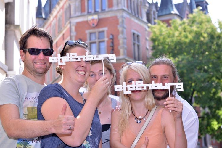 Filmfest-Pose vor dem Oldenburger Rathaus.