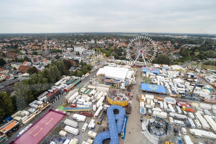 Kramermarkt XXL heißt es ab morgen neben den Weser-Ems Hallen. Rund 30 Großfahrgeschäfte locken 2016 auf den Rummel nach Oldenburg.