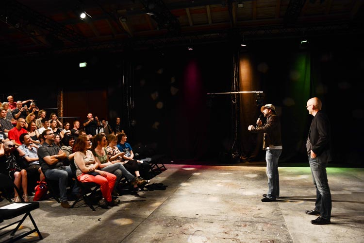 Völlig überraschend für die Zuschauer hat Nicolas Cage vor der Vorführung seines Films Face/Off in der Oldenburger Exerzierhalle aus dem Nähkästenchen geplaudert.