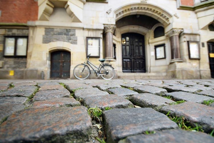 Die Pflasterung vor dem Oldenburger Rathaus wird im kommenden Frühjahr erneuert. Verwendet werden geschnittene Natursteine.