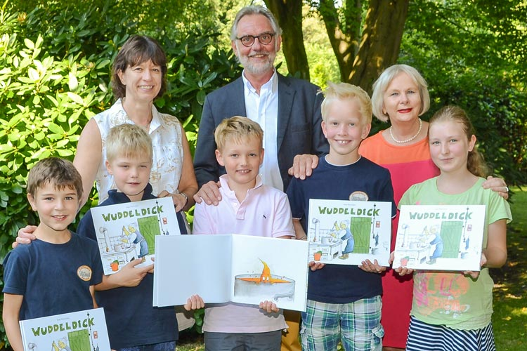 Die Lehrerin Ines Hünlein hat die Geschichte von Wuddeldick für Schüler geschrieben. Das Bilderbuch wurde ins Plattdeutsche übersetzte.