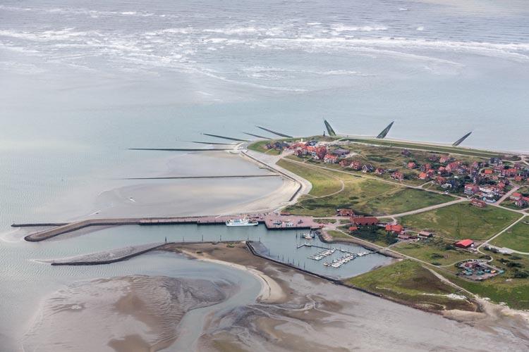 Durch Deckwerke und Buhnen massiv befestigter Igelkopf im Westen der Insel Baltrum.