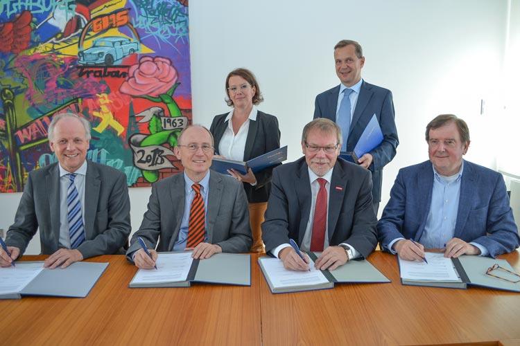 Carmen Giss, Thorsten Müller, Hans Joachim Harms, Prof. Dr. Hans Michael Piper, Manfred Kurmann und Gert Stuke unterzeichneten eine Kooperationsvereinbarung, um Studienabbrechern beim Aufstieg durch Umstieg zu helfen.