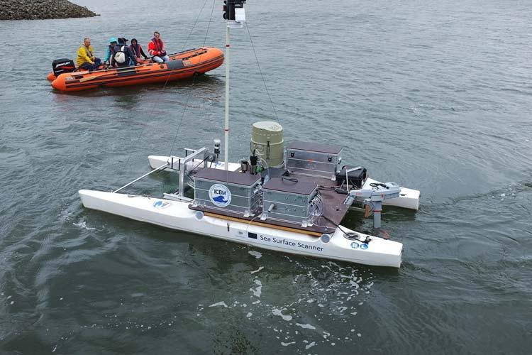 Mit einem ferngesteuerten Katamaran entnehmen die Wissenschaftler Proben direkt von der Meeresoberfläche.