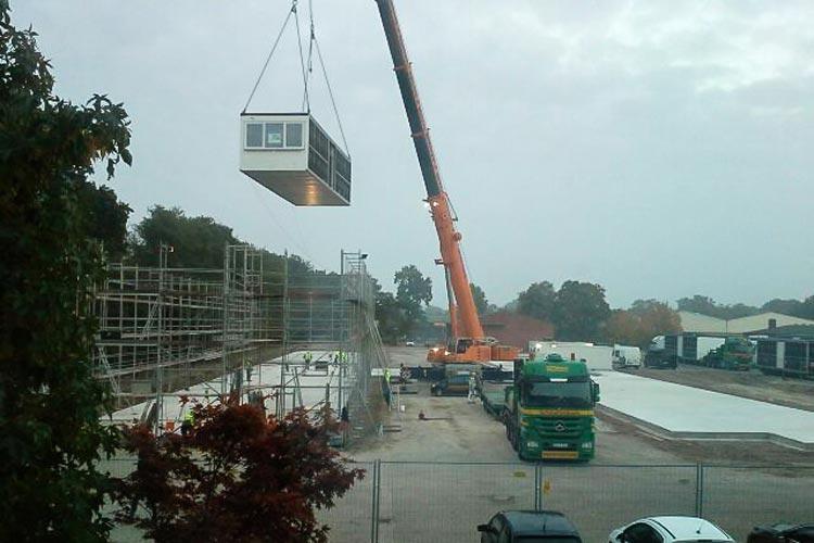 Der Aufbau der Module des Oldenburger Finanzamtes hat heute Morgen begonnen.