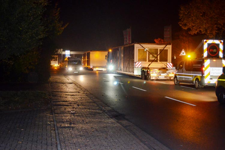 Mit Schwertransportern werden die 165 Bauteile für das Oldenburger Finanzamt nachts angeliefert.