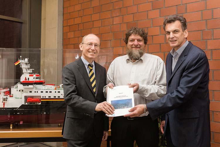 Mit den federführenden Antragstellern Prof. Dr. Helmut Hillebrand und Prof. Dr. Thomas Brey freut sich Oldenburgs Universitätspräsident Prof. Dr. Dr. Hans Michael Piper über das künftige Helmholtz-Institut.