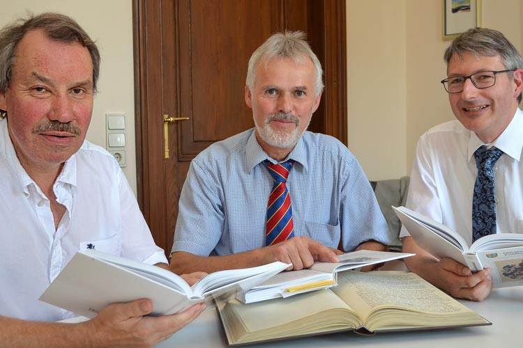Michael Brandt, Geschäftsführer der Oldenburgischen Landschaft, Wolfgang Martens und Michael Hirschfeld haben das Jahrbuch Oldenburgische Familienkunde vorgestellt.