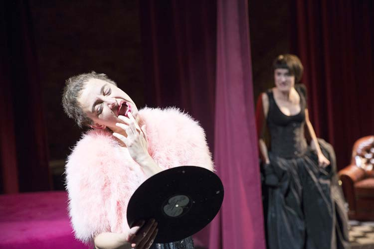 Unter dem herrschaftlichen Wunsch nach Jugend und Schönheit muss auch die Zofe Aranka (Agnes Kammerer) leiden.