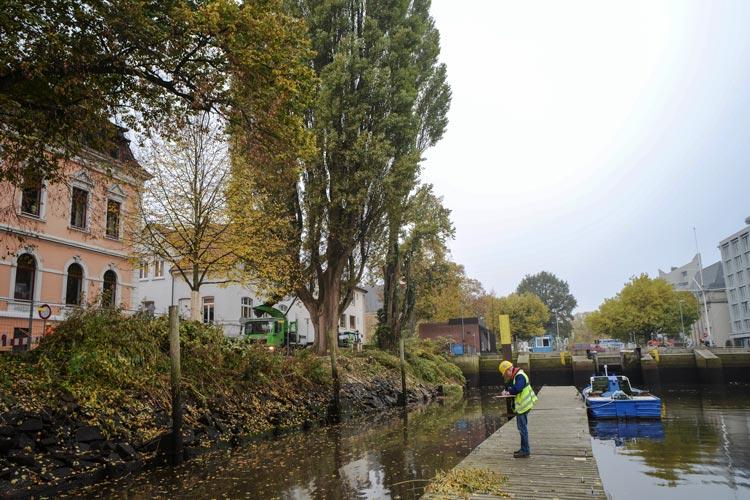 Die Stadt Oldenburg lässt zurzeit auf der Südseite des Alten Stadthafens die abgängige und über 100 Jahre alte Holzspundwand erneuern.