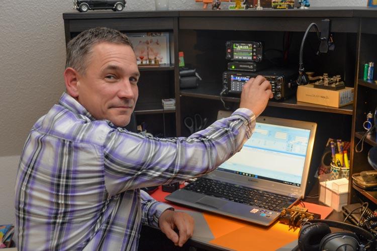 Amateurfunker Thorsten Meinen aus Oldenburg funkt seit mehr als 15 Jahren.