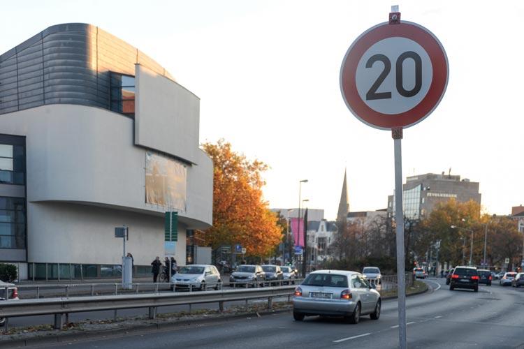 Wegen Schäden an der CCO-Tiefgarage wurde für die Straße Am Stadtmuseum eine Geschwindigkeitsbegrenzung von 20 km/h angeordnet.