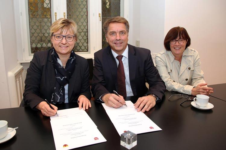 Kultusministerin Frauke Heiligenstadt und Oldenburgs Oberbürgermeister Jürgen Krogmann haben den Vertrag zur Bildungsregion unterzeichnet.