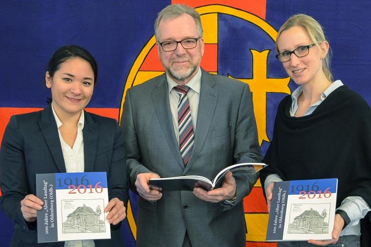 Uta-Masami Münch, Johann Kühme und Ann-Christin Langer stellten das Buch über den Alten Landtag in Oldenburg vor.