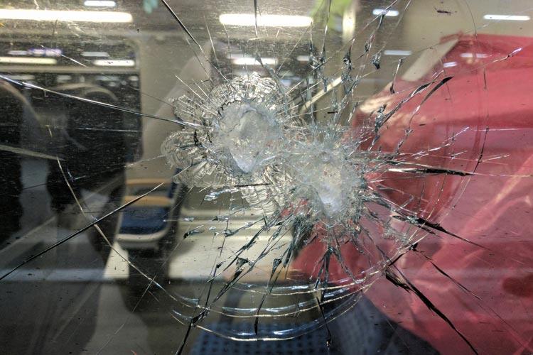 Ein Regional-Express wurde beworfen.