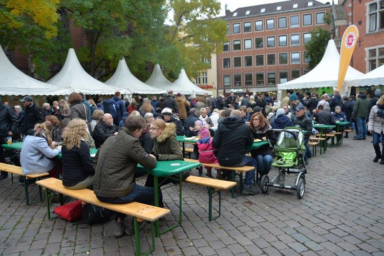 Auf dem Rathausmarkt genießen die zahlreichen Besucher Grünkohl – mal vegetarisch, mal traditionell, als Bier oder im Tee – Vielfalt ist das Motto des Tages.