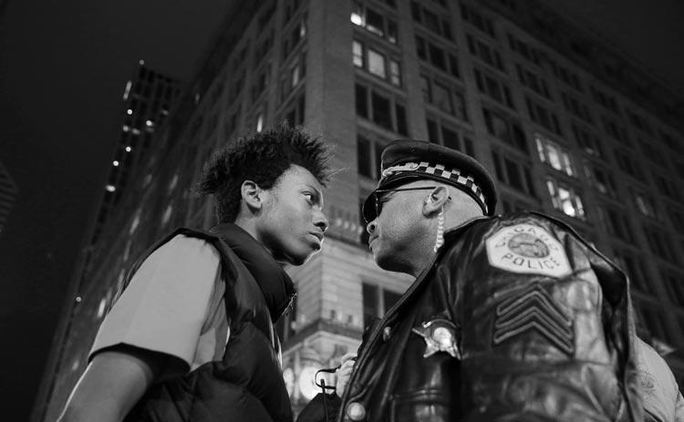 Der junge Demonstrant Lamon Reccord und ein Polizei-Sergeant stehen sich während einer Demonstration gegen rassistische Gewalt in den USA direkt gegenüber.