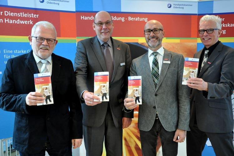 Betriebsinhaber Aloys Holthaus, HWK-Vizepräsident Eckhard Stein, HWK-Hauptgeschäftsführer Heiko Henke und HWK-Betriebsberater Klaus Hurling freuen sich über die gute Konjunkturlage im Handwerk.