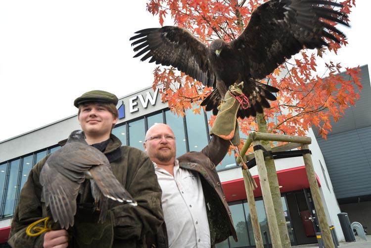 Eric-Marco und Frank Schalwat kommen mit den majestätischen Greifvögeln in den Weser-Ems Hallen.