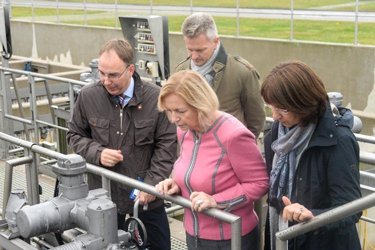Beeindruckt zeigte sich Bundesforschungsministerin Dr. Johanna Wanka von dem außergewöhnlichen Engagement des OOWV bezüglich Mikroplastik.